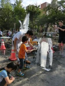 氷の彫刻を体験