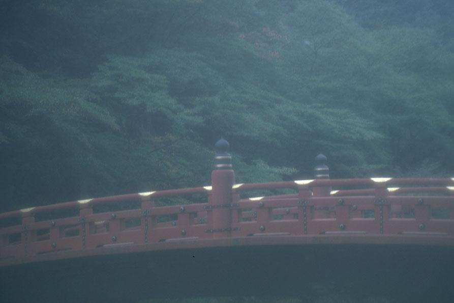 雨に打たれる橋
