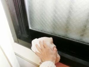 窓の結露を拭く
