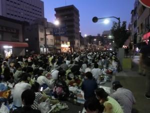 隅田川花火大会の道路で見物