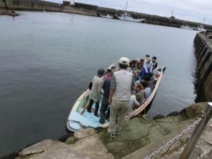 手漕ぎの船に乗り込む