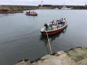 手漕ぎの船が出港する