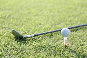 ゴルフのボールとクラブ